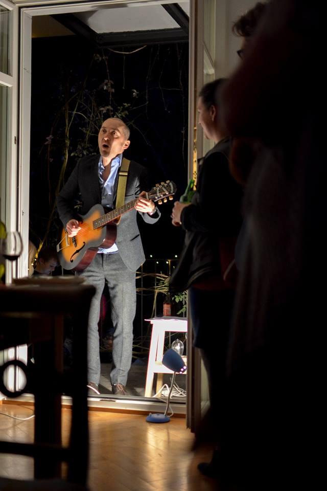 Der Mundartrocker Jack Stoiker (Band: Knöppel) weiht die Pornographie-Ausgabe ein (Foto: Mario Metzler)