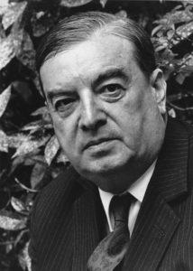 Roger Caillois (1913-1978) war zunächst Mitglied der Gruppe der Surrealisten. Mit Georges Bataille gründete er anschließend das College de Sociologie. Während des Zweiten Weltkriegs weilte er in Argentinien, von wo aus er intellektuellen Widerstand gegen den Faschismus leistete. Wissenschaftlich sprengte Caillois nahezu jede disziplinäre Grenze: Er arbeitete an einer Soziologie des Heiligen, schrieb ein viel beachtetes Buch über Spiele und verfasste philosophische Meditationen über Steine. Gemeinsamer Fluchtpunkt seiner Bemühungen war eine «Logik des Imaginären», die zwischen Natur und Kultur vermittelt.