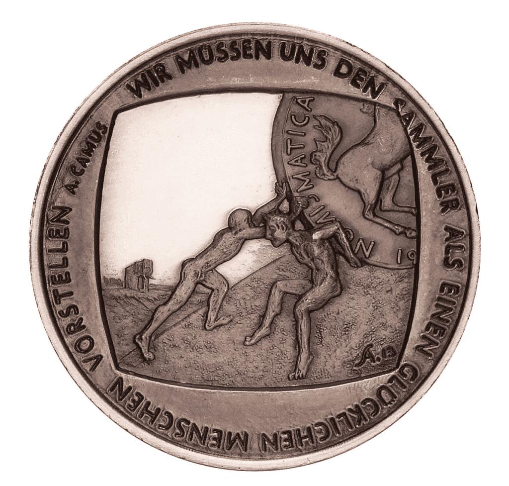 Camus' Aussage prangt auf der Medaille, welche die Künstlerin Anna Martha Napp 2013 zum hundertjährigen Jubiläum des Vereins der Münzfreunde für Westfalen und Nachbargebiete.