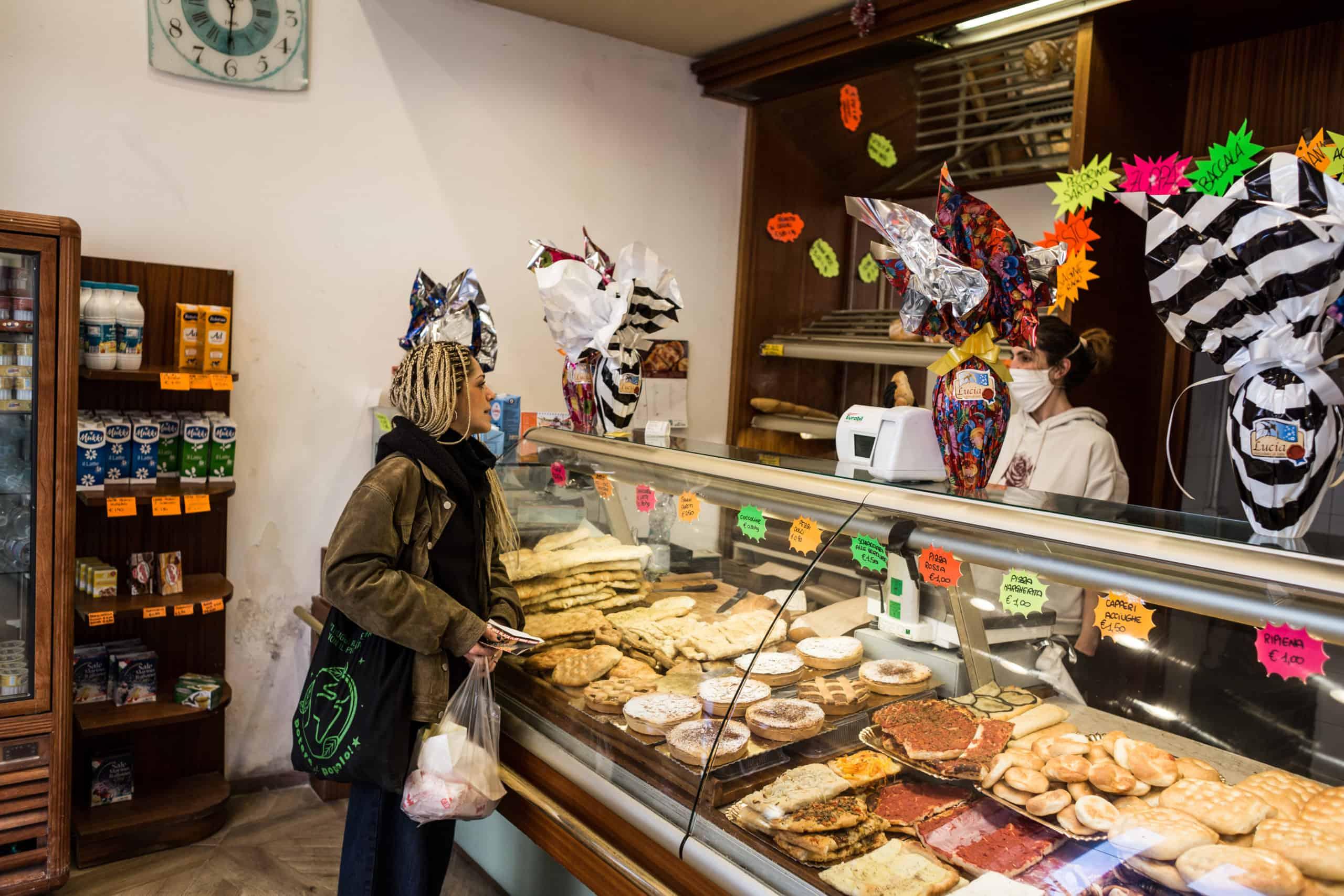Giulia beim Bäcker (© Giacomo Sini)