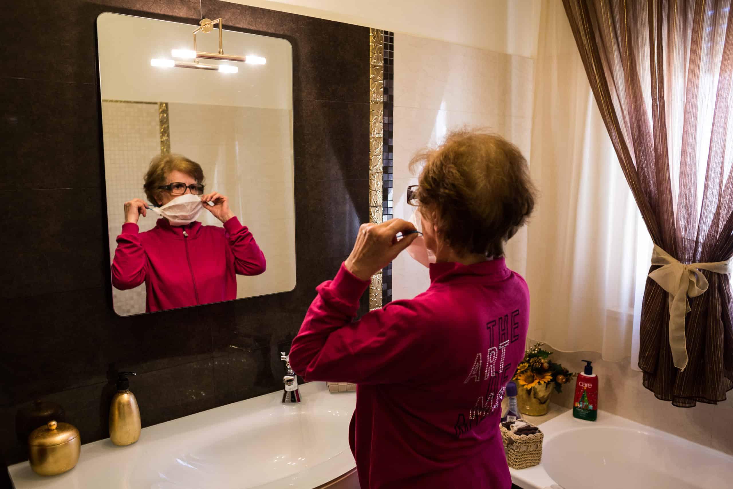 Stefania vor dem Spiegel (© Giacomo Sini)