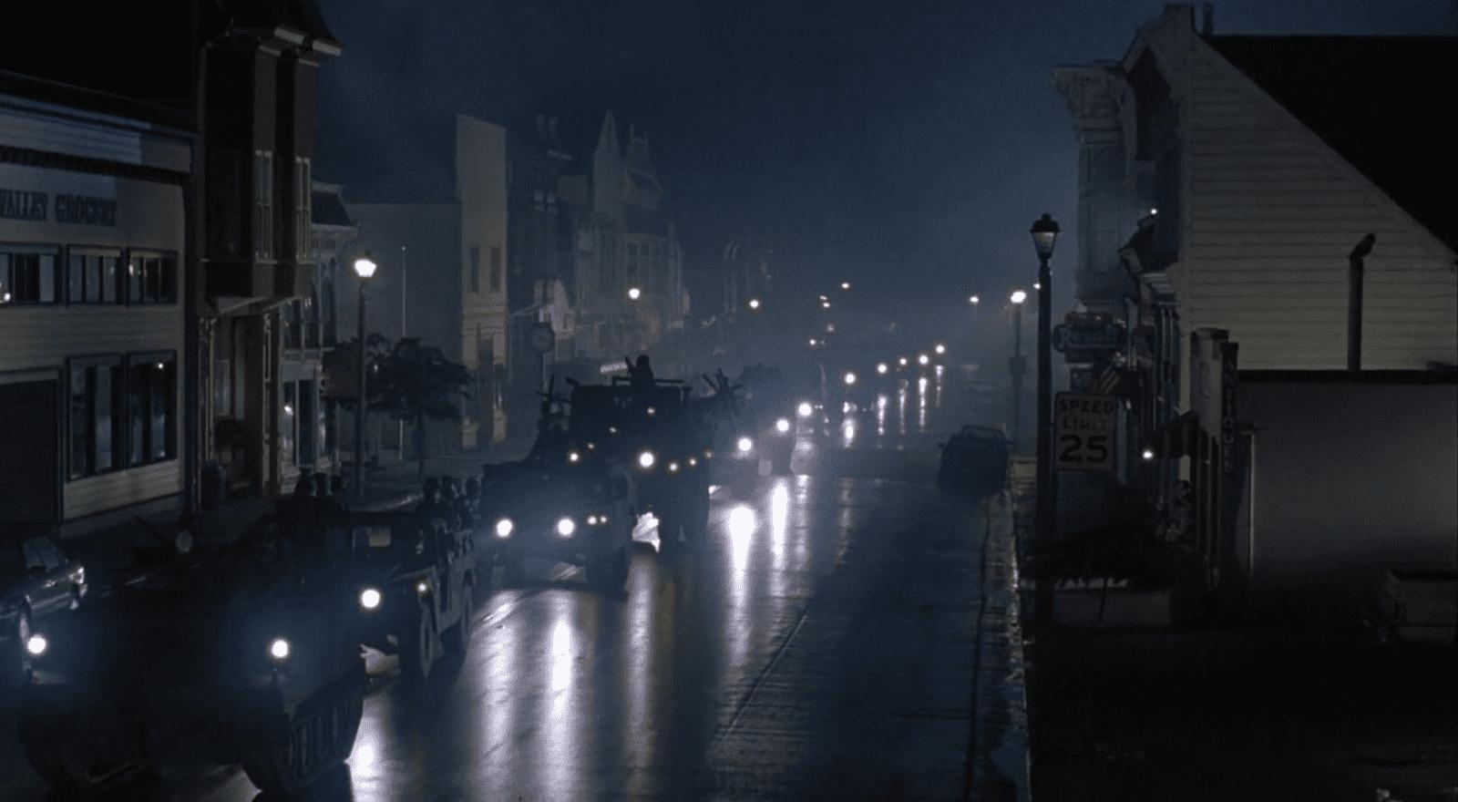 In der Kleinstadt Cedar Creek treten Krankheitsfälle mit ähnlichen Symptomen auf. Die Stadt wird abgeriegelt. Filmstill aus Outbreak (Petersen 1995).