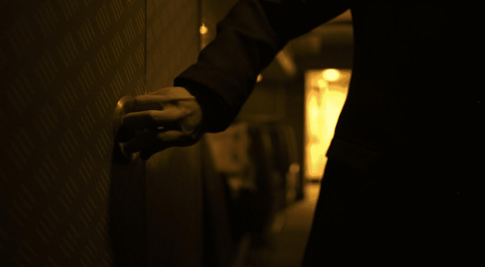 An Klotüren. Filmstill aus Contagion (Soderbergh 2011).