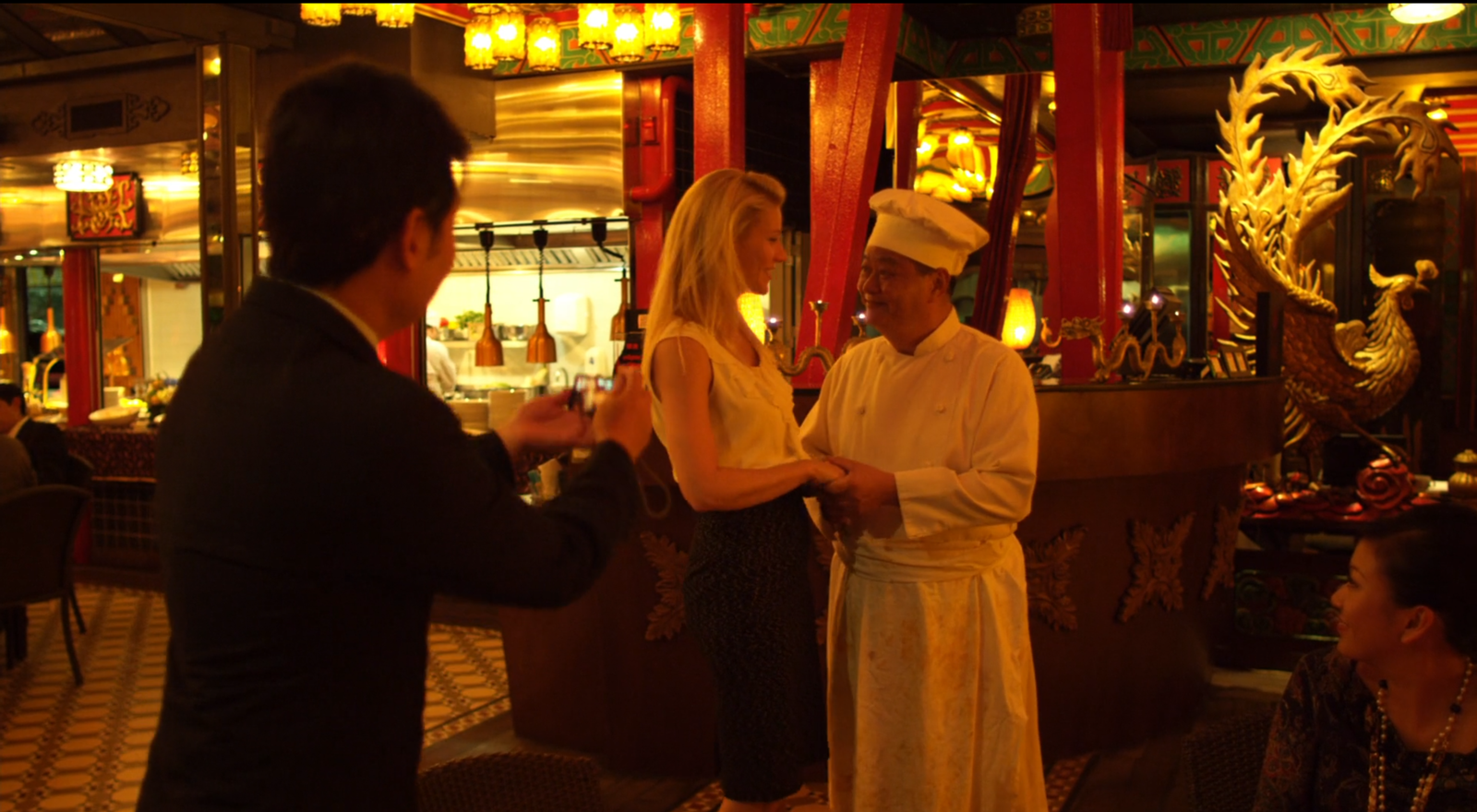 Händeschütteln in Macau. Filmstill aus Contagion (Soderbergh 2011).