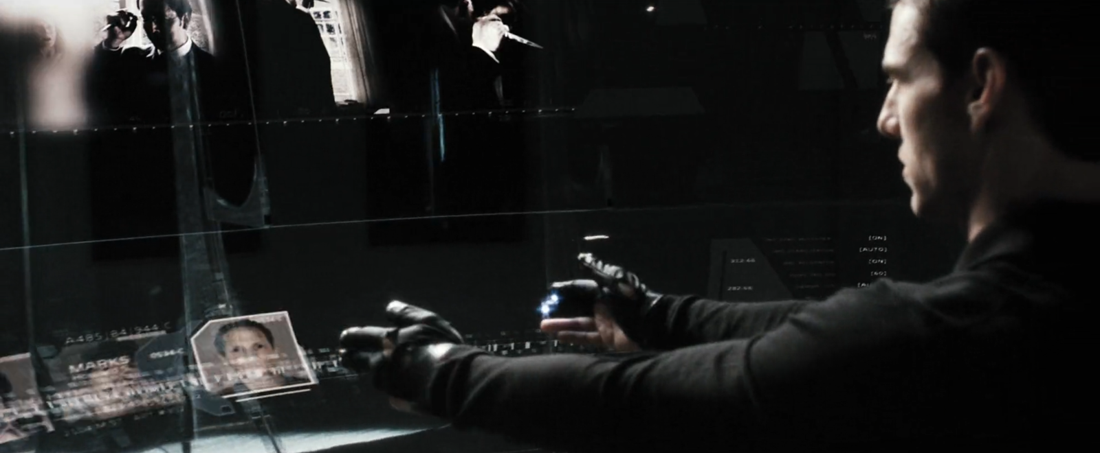 Ein Polizist analysiert mittels Gesten die Visionen. Filmstill aus Minority Report (Spielberg 2002).