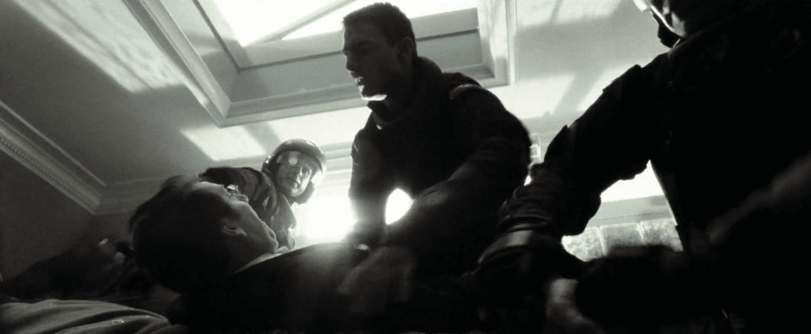 Die Polizei trifft gerade noch rechtzeitig ein. Der Mörder kurz vor seiner Tat. Filmstill aus Minority Report (Spielberg 2002).