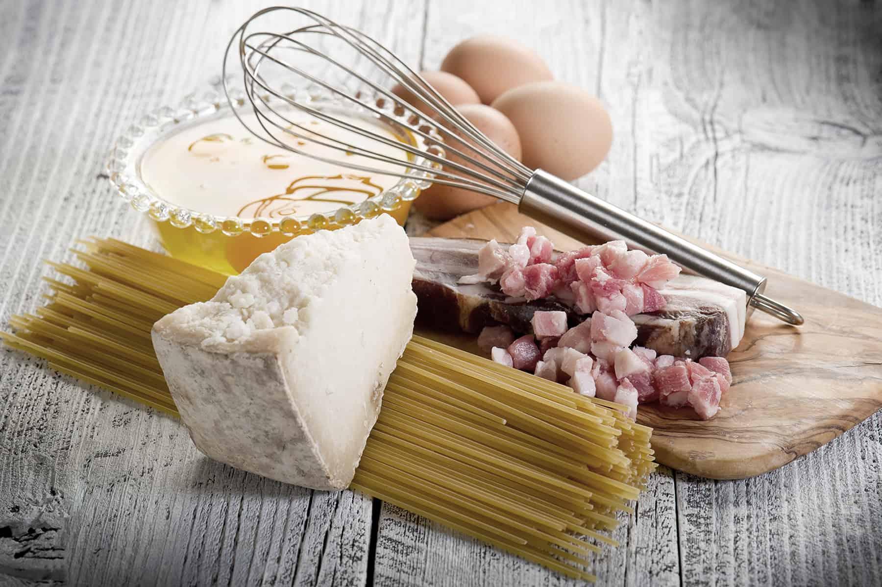 Zutaten für Spaghetti Carbonara: Pecorino, Pasta, Bauchspeck, Eier (Bild: Marco Meyer).