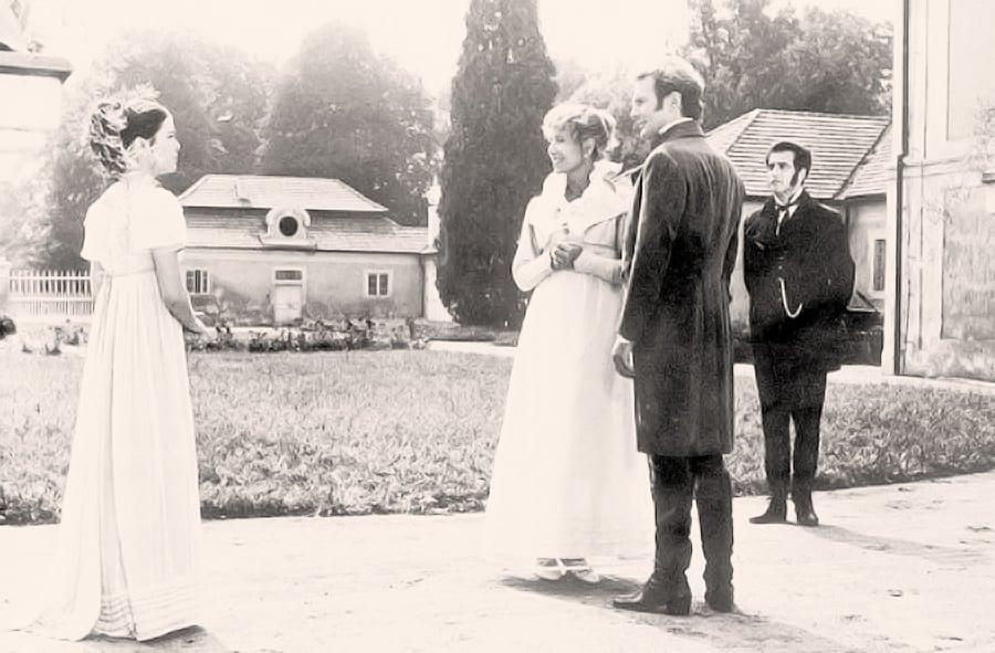 Die Viererkonstellation von links nach rechts: Ottilie, Charlotte, Eduard und der Hauptmann. Filmstill aus <em>Les affinitées électives</em> (Chabrol 1982).