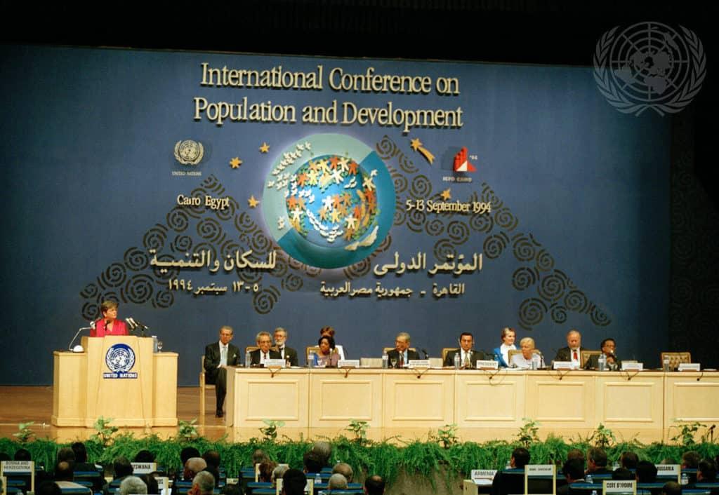 """Die norwegische Premierministerin und spätere UNO Generaldirektorin Gro Harlem Brundtland (ganz links) : """"Wir betonten anstelle der einseitig demographischen Zielsetzung eines geringeren Bevölkerungswachstums die Notwendigkeit, die reproduktive Gesundheit zu verbessern."""" (Bild: UN Photo)"""