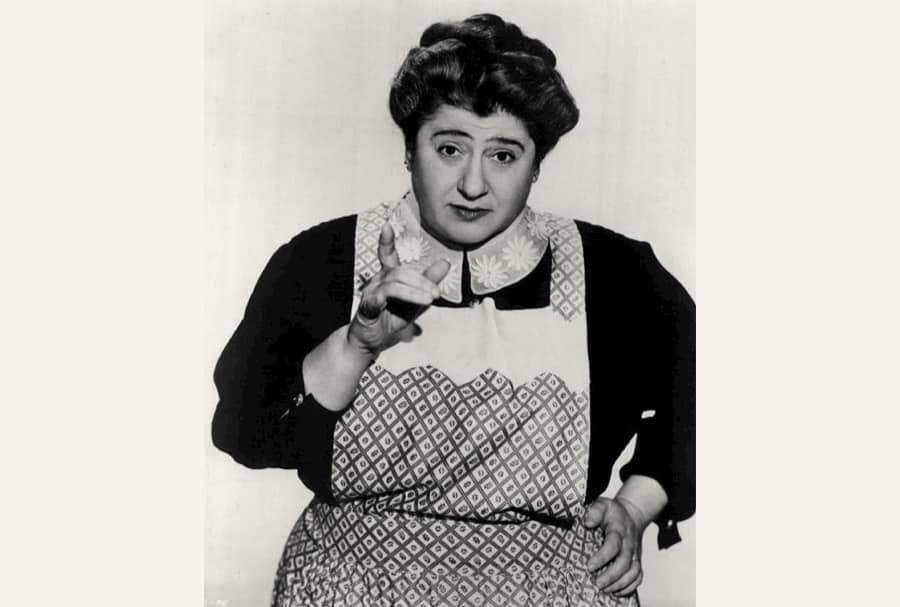 Gertrude Berg als Molly Goldberg 1951 in The Goldbergs. Die von Berg initiierte Serie war eine der ersten Sitcoms im Radio und eine der frühesten im Fernsehen.