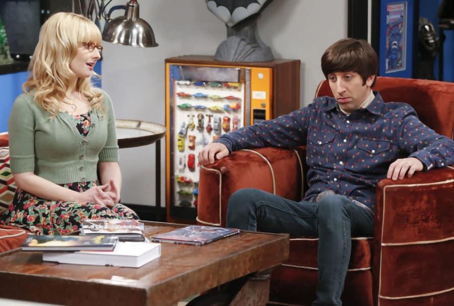 Howard Wolowitz, eine der Hauptfiguren der Sitcom The Big Bang Theory (2007 - 2019) lebt immer noch zuhause bei seiner Mutter, die zwar nie in Erscheinung tritt, aber stets gut hörbar bleibt.
